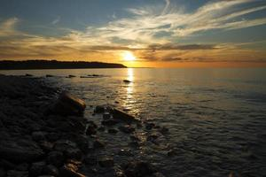 zonsondergang op zee.
