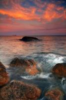 kalme zee bij zonsondergang foto