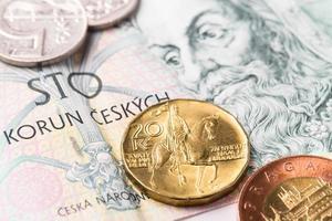 Tsjechische honderd kronen bankbiljetten en munten foto