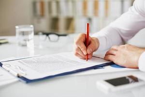 baas ondertekening contract foto