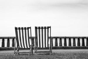 twee ligstoelen foto