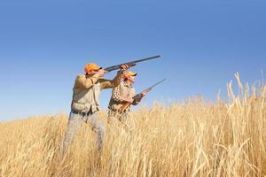 twee mannen jacht op vogels foto