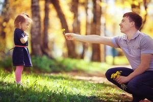 vader speelt met dochter