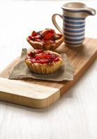 taartjes met appels op een snijplank foto