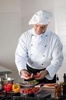 gelukkige chef-kok op het werk foto
