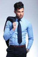 zakenman houdt jas op schouder foto