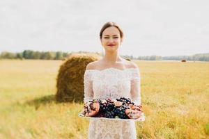 bruid in het veld foto