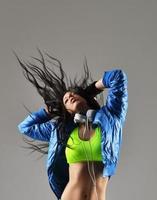mooie jonge vrouw dansen foto