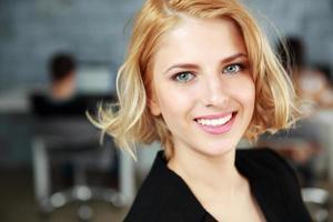 jonge Glimlachende zakenvrouw
