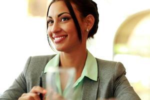 gelukkig doordachte zakenvrouw foto