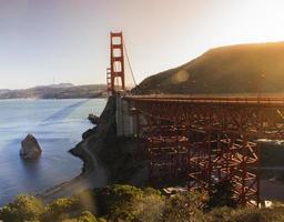 golden gate bridge in de zonsondergang foto