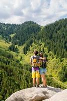 paar liefhebbers genieten van romantiek in de bergen foto
