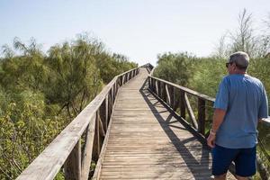houten loopbrug naar het strand in Spanje. foto