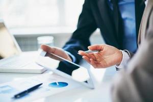 mensen uit het bedrijfsleven met behulp van een moderne tablet foto