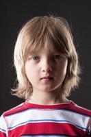 portret van een jongen met blond haar