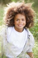 portret van jongen die bossen onderzoekt foto