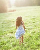 klein meisje dragen communie jurk