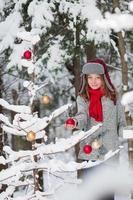 een kerstboom versieren foto