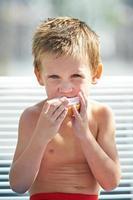 kleine jongen een broodje eten foto