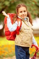 gelukkig schoolmeisje foto