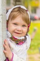 klein meisje in de buurt van de pijler foto