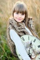 portret van een mooi klein donkerbruin meisje foto