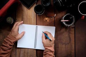 fotograaf werkt aan een houten bureau foto