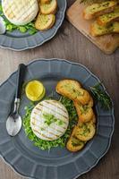 gegrilde camembert met kruiden, kerstballen foto