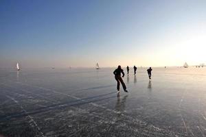 ijsschaatsen op de gouwzee in nederland foto