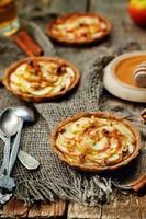 roggetaartjes met appels, kaneel, honing en walnoten foto