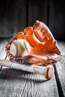 vintage honkbalhandschoen en bal foto
