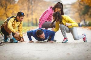groep mensen die push-ups doen foto