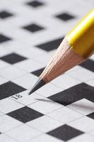 potlood schrijven in vak 18 van een kruiswoordpuzzel foto