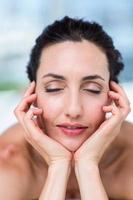 lachende brunette ontspannen op massagetafel foto