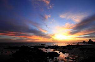 het silhouet avondlucht zee. foto