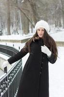 vrolijke Kaukasische jonge vrouw bij sneeuwweer foto