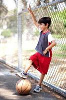 lachende jongen met zijn basketbal foto