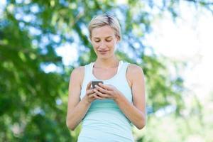 mooie blonde met smartphone foto