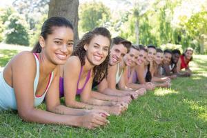 fitness groep planken in park foto
