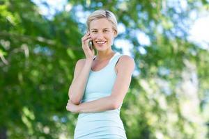 mooie blonde aan de telefoon foto