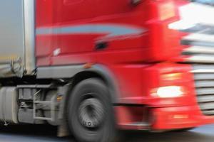 rode vrachtwagen dichte omhooggaand foto