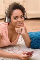 positief meisje dat aan muziek luistert foto
