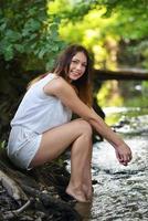 portret van een jonge vrouw die lacht buitenshuis foto