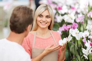 professionele bloemist die bloemen verkoopt foto