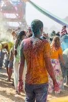 сrowd van mensen die dansen op een kleurrijk festival van kleuren foto