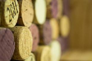 achtergrond van verschillende gebruikte wijnkurken close-up foto