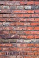brickwall met geschriften foto