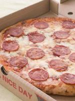 pepperoni pizza in een meeneemdoos foto