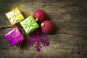 rode bal en stapels Kerstmis foto