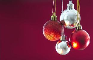 rode en zilveren kerstballen opknoping tegen solide achtergrond
